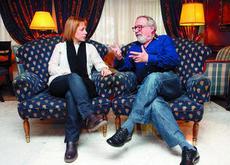 Los escritores Ángela Vallvey y Fernando Savater conversan, ayer, en un hotel de Sevilla