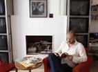 Eduardo Vilas, director de Hotel Kafka, en la librería de la escuela situada en la calle de Hortaleza